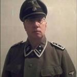 La follia del comandante della polizia locale che indossa la divisa nazista