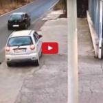 Rapina auto. Trascinano donna per diversi metri sulla strada VIDEO