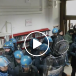 Trenta poliziotti manganellano uno studente (VIDEO)
