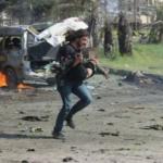 Autobomba ad Aleppo, la disperazione del fotografo eroe: in ginocchio dopo l'attacco suicida | FOTO