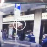 Panico a in strada, minaccia passanti con coltello. Polizia gli spara alle gambe | VIDEO