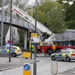 Tenta il suicidio dal ponte, ecco come i passanti lo hanno salvato