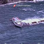 Traghetto finisce contro gli scogli. Le immagini | VIDEO
