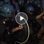 Catania, sit-in Diciotti: scontri al porto tra manifestanti e polizia, feriti e persone in mare | VIDEO